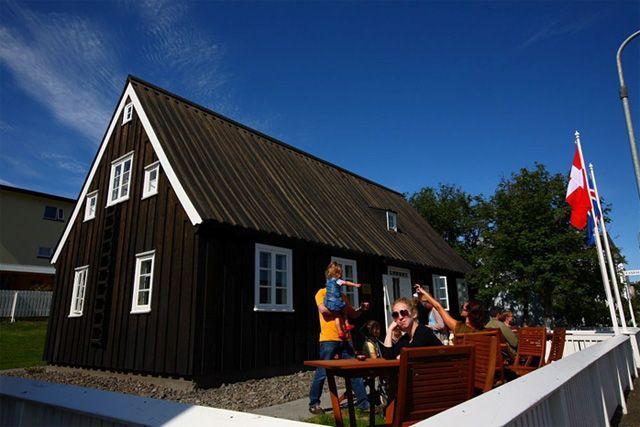 Исландия. Традиционно и с максимальным поглощением солнечной энергии.