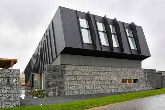 Норвегия. 150 квадратных метров солнечных панелей на скате кровли вырабатывают электроэнергии в 2 раза больше, чем требуется для отопления дома и функционирования всех электроприборов в здании.