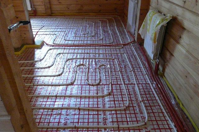 Традиционная система отопления с использованием радиаторов продублирована автономной системой «тёплый пол».