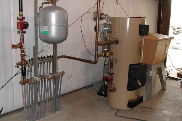 На фото - комбинированная система отопления «газ / твёрдое топливо». Существуют модели котлов способные работать с 4 видами топлива: солярка, газ, электричество, твердое топливо.