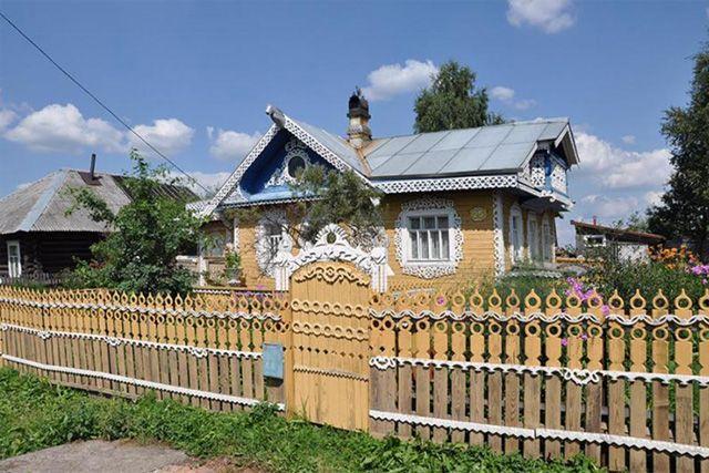 Дача с резными элементами по фасадам – забор с резьбой по дереву.