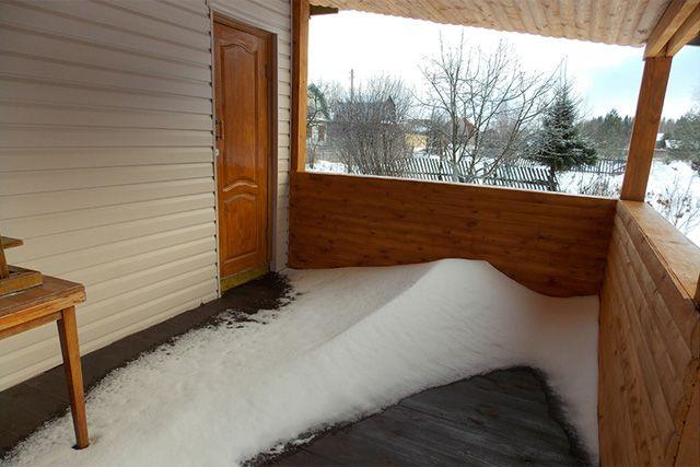 Открытая веранда со снегом