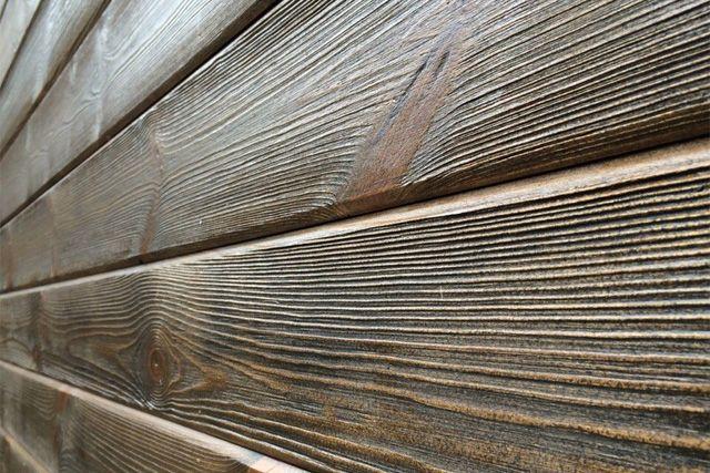 Один из способов шлифовки дерева – браширование. Дерево после этого выглядит старым.