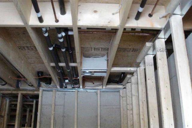 Такая начинка часто скрывается в перекрытиях каркасного дома. Всё проложено до утепления и зашивки потолка.