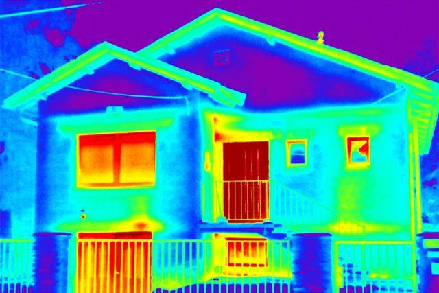 Снимок дома с помощью тепловизора.