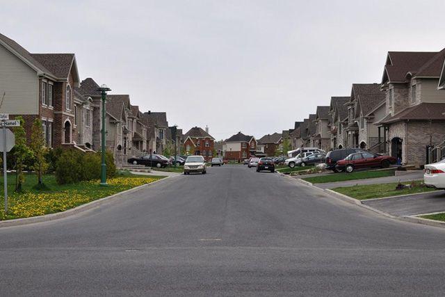 Это одна из улиц в пригороде Монреаля. Все дома деревянные. Каменная или кирпичная облицовки создают только видимость и часто только на главном фасаде.