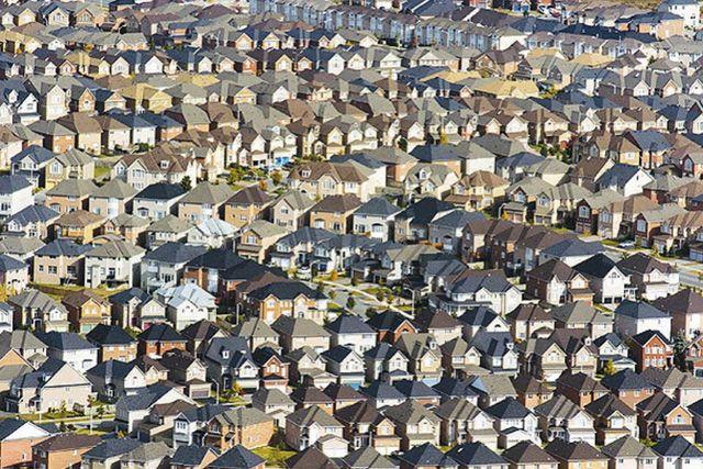 Чем ближе к мегаполисам, тем дороже земля и теснее застройка.